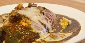 とろけるビーフとチーズの黒い焼カレーオムライス